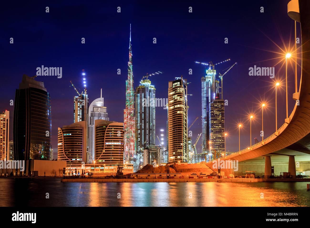 Vista di Dubai skyline del centro di notte Immagini Stock