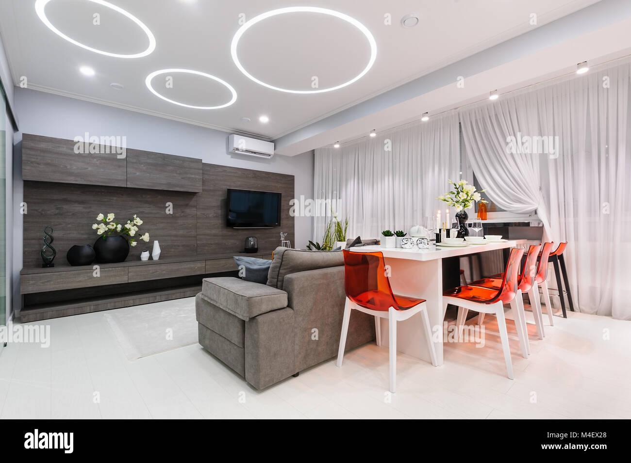 Bianco moderno soggiorno con tavolo da pranzo Foto & Immagine Stock ...