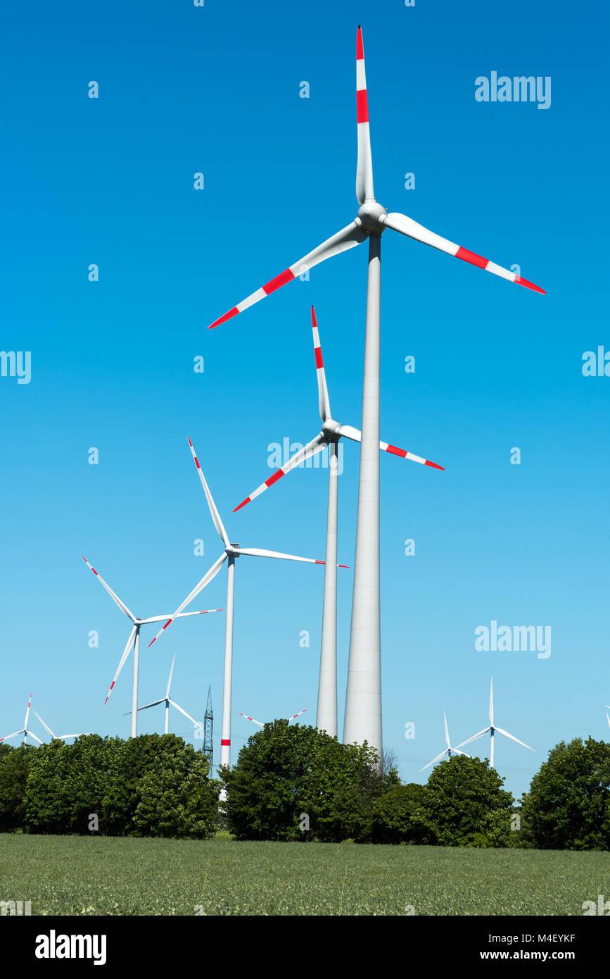 Impianto di energia eolica visto in Germania rurale Immagini Stock