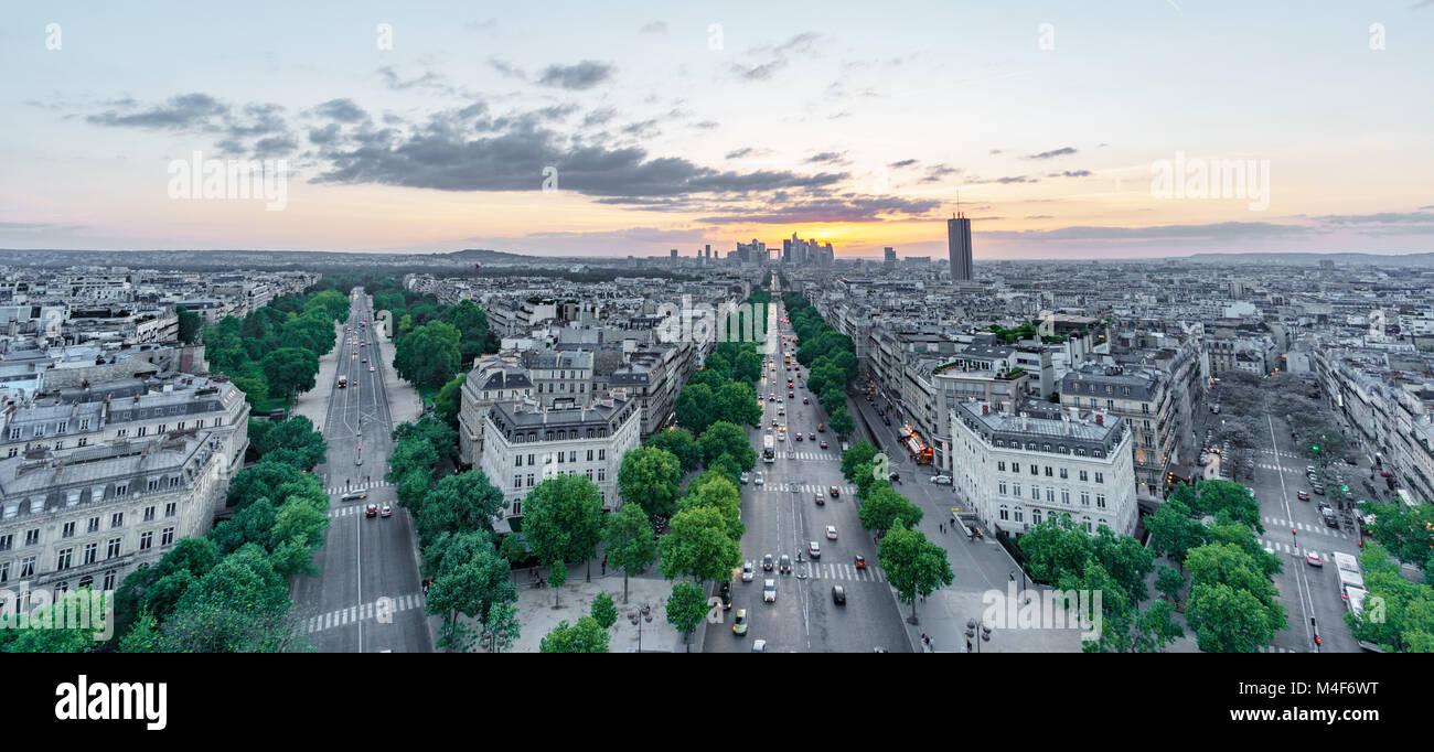 Sunset skyline di Parigi con la Defense e strade Immagini Stock
