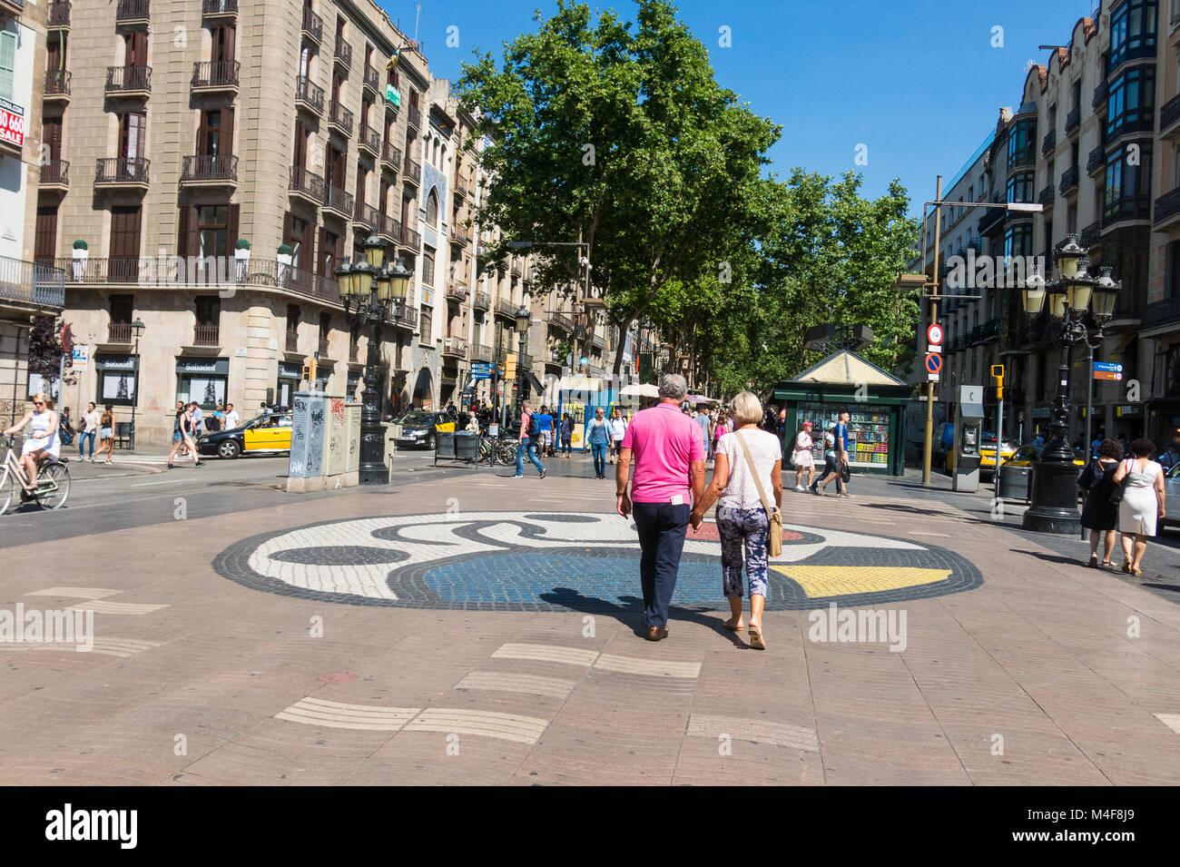 Joan Miro il Pla de l'os mosaico nella Rambla di Barcellona, Spagna. Migliaia di persone a piedi ogni giorno Immagini Stock