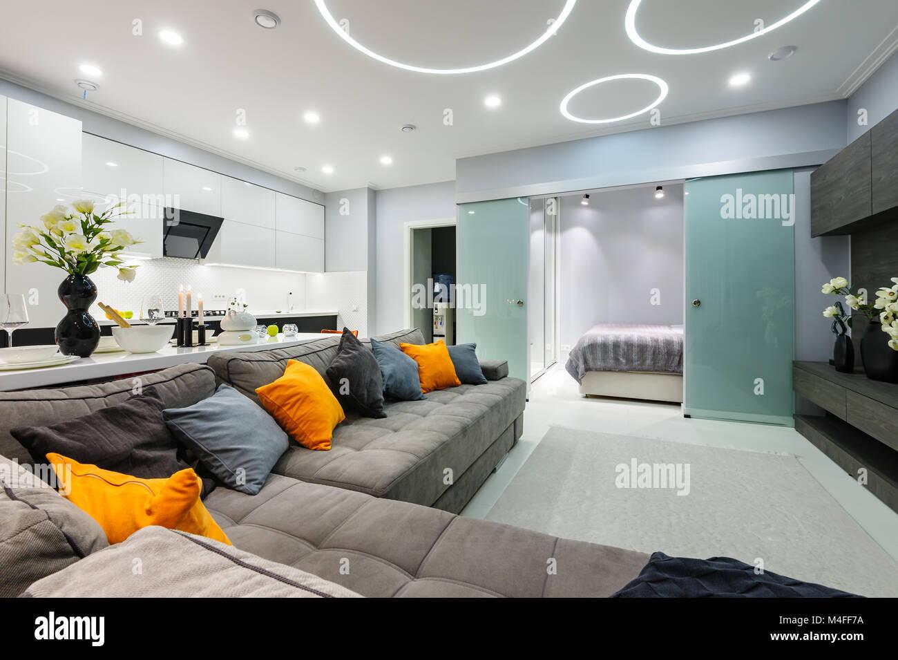 Bianco moderno soggiorno studio con camera da letto con le porte ...