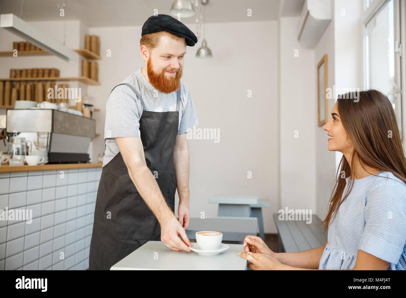 Caffè il concetto di Business - cameriere o barista che serve caffè caldo e parlare con caucasian bella Immagini Stock