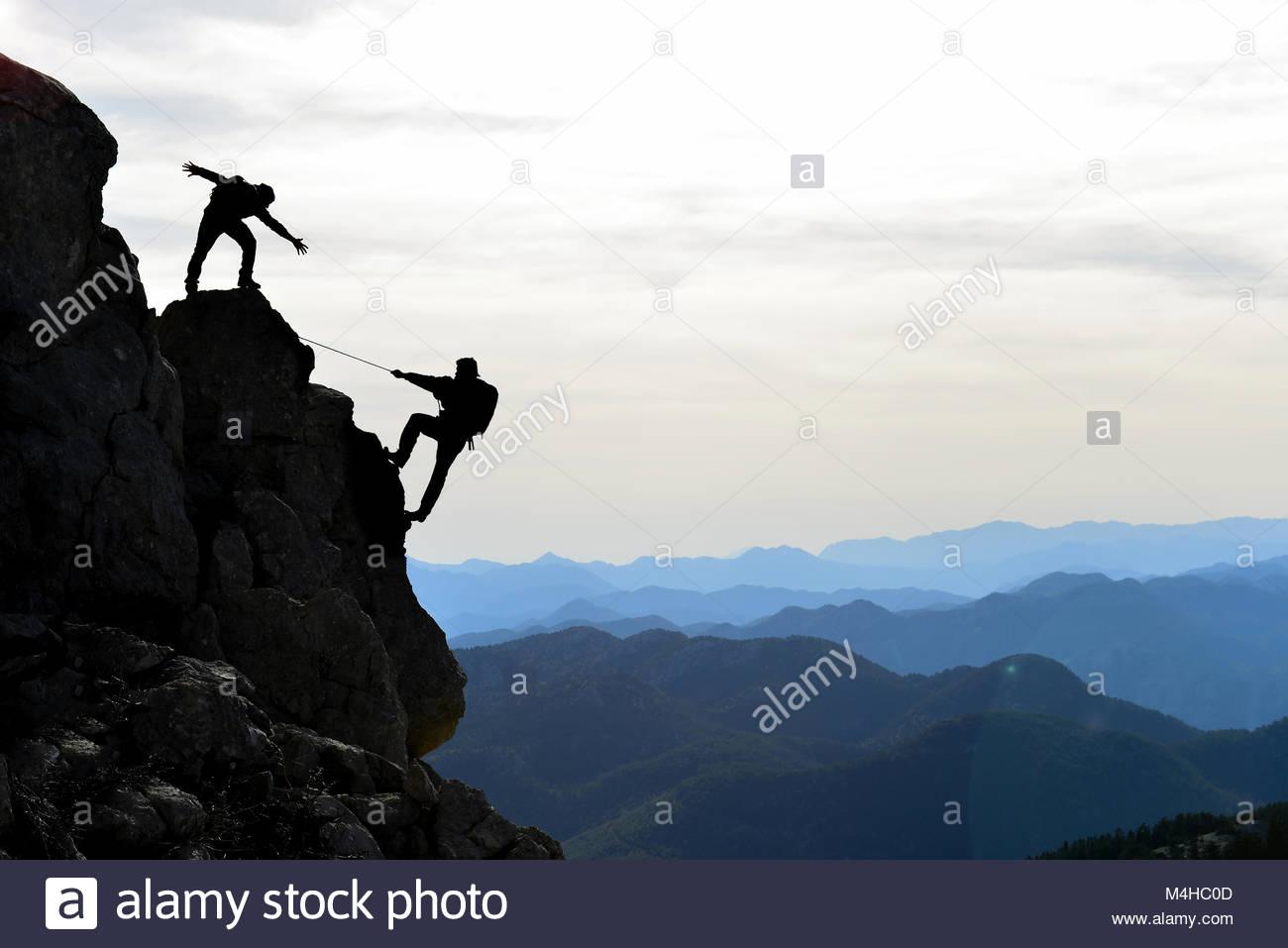 Gli alpinisti l'aiuto,sostegno e interesse Foto Stock