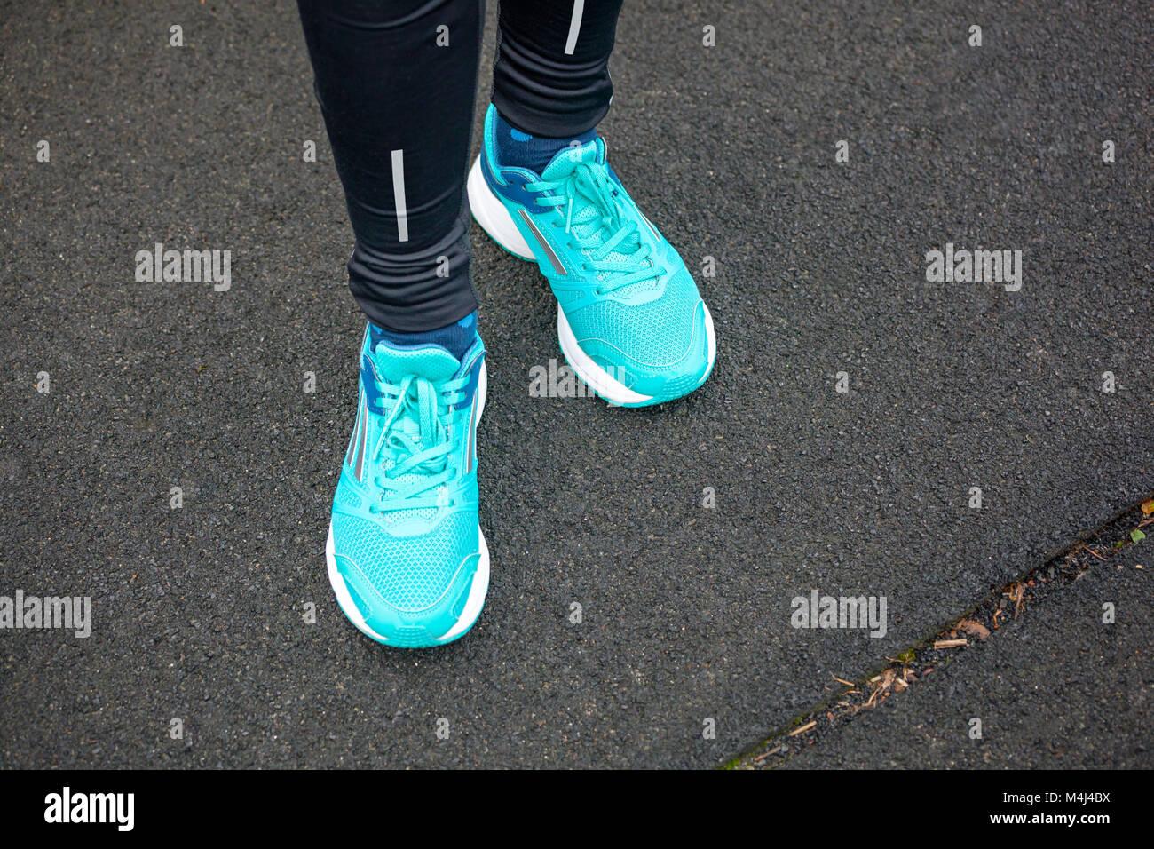 low priced fe048 98604 La donna per le gambe in blu con scarpe da corsa in piedi su ...