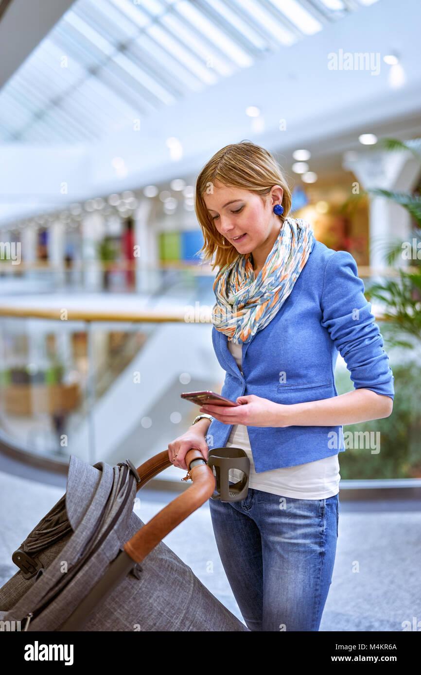 Giovane donna utilizzando il telefono cellulare Immagini Stock