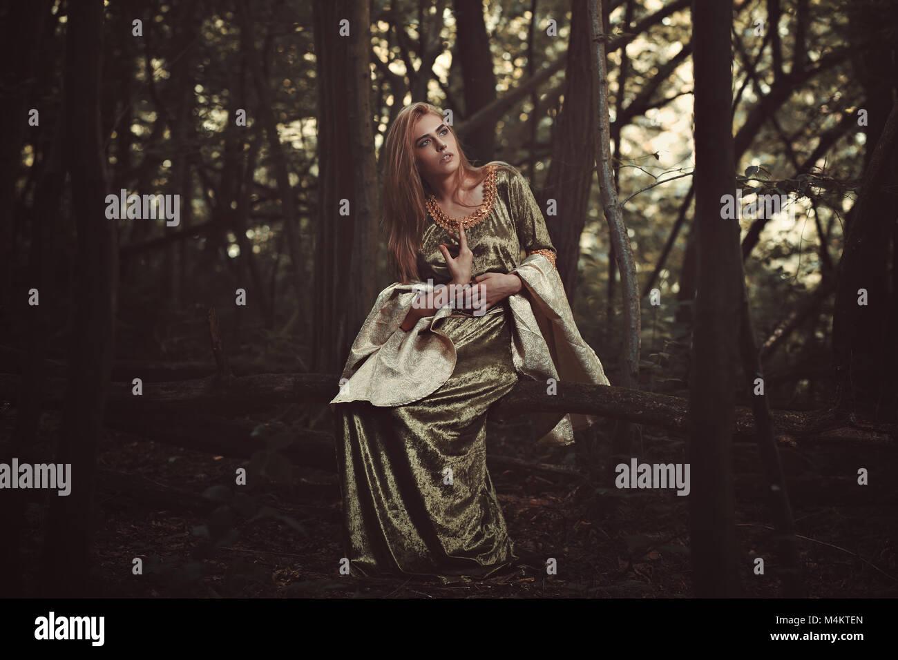 Bella Signora foliatile nella foresta magica. Fantasy shot Foto Stock