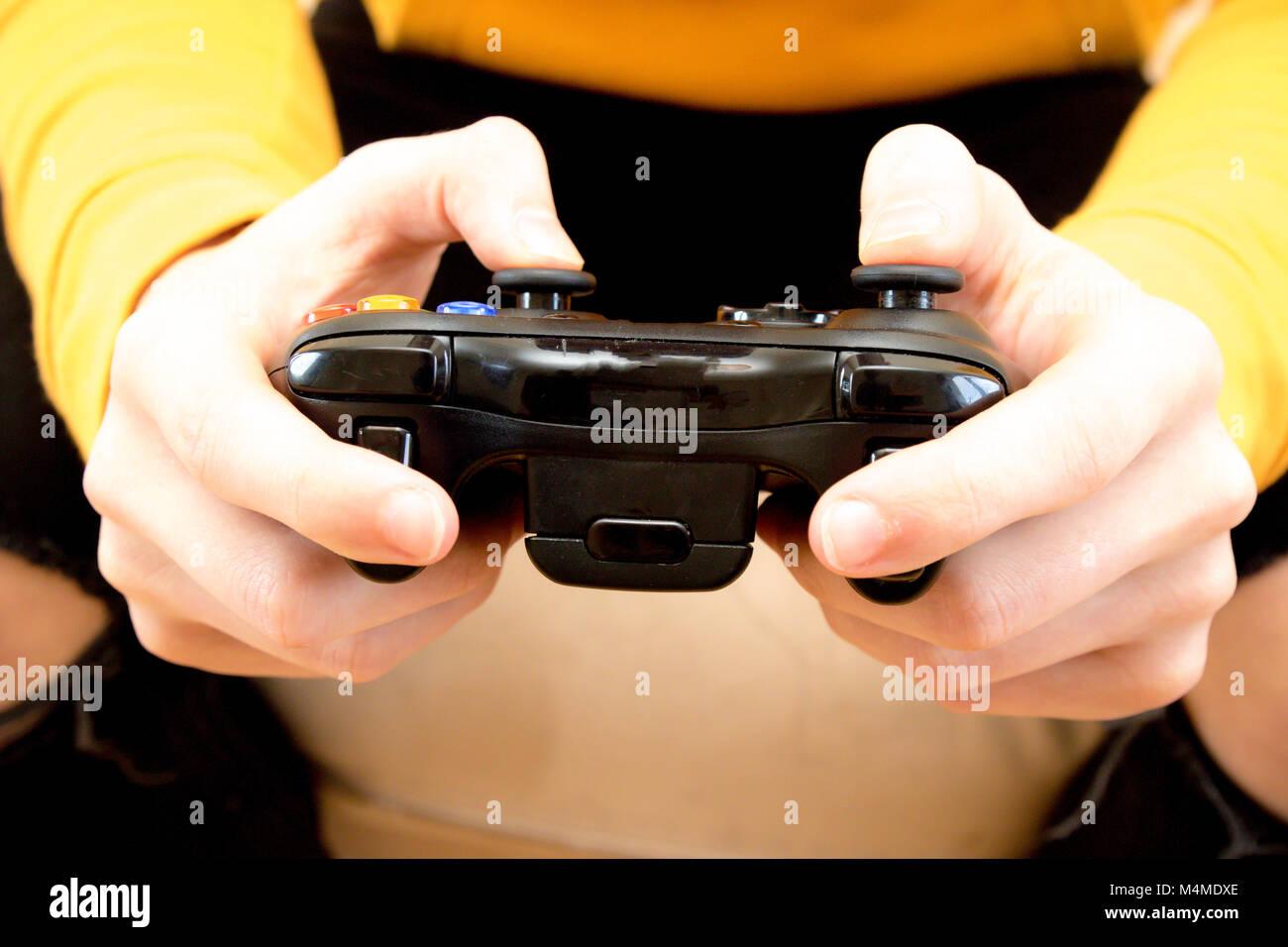 Ragazzo adolescente tenendo un video gioco console controller Immagini Stock
