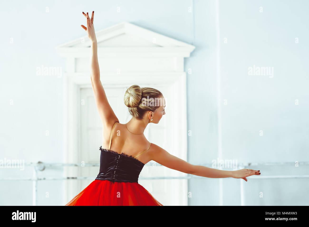 Ballerina nel balletto hall Immagini Stock