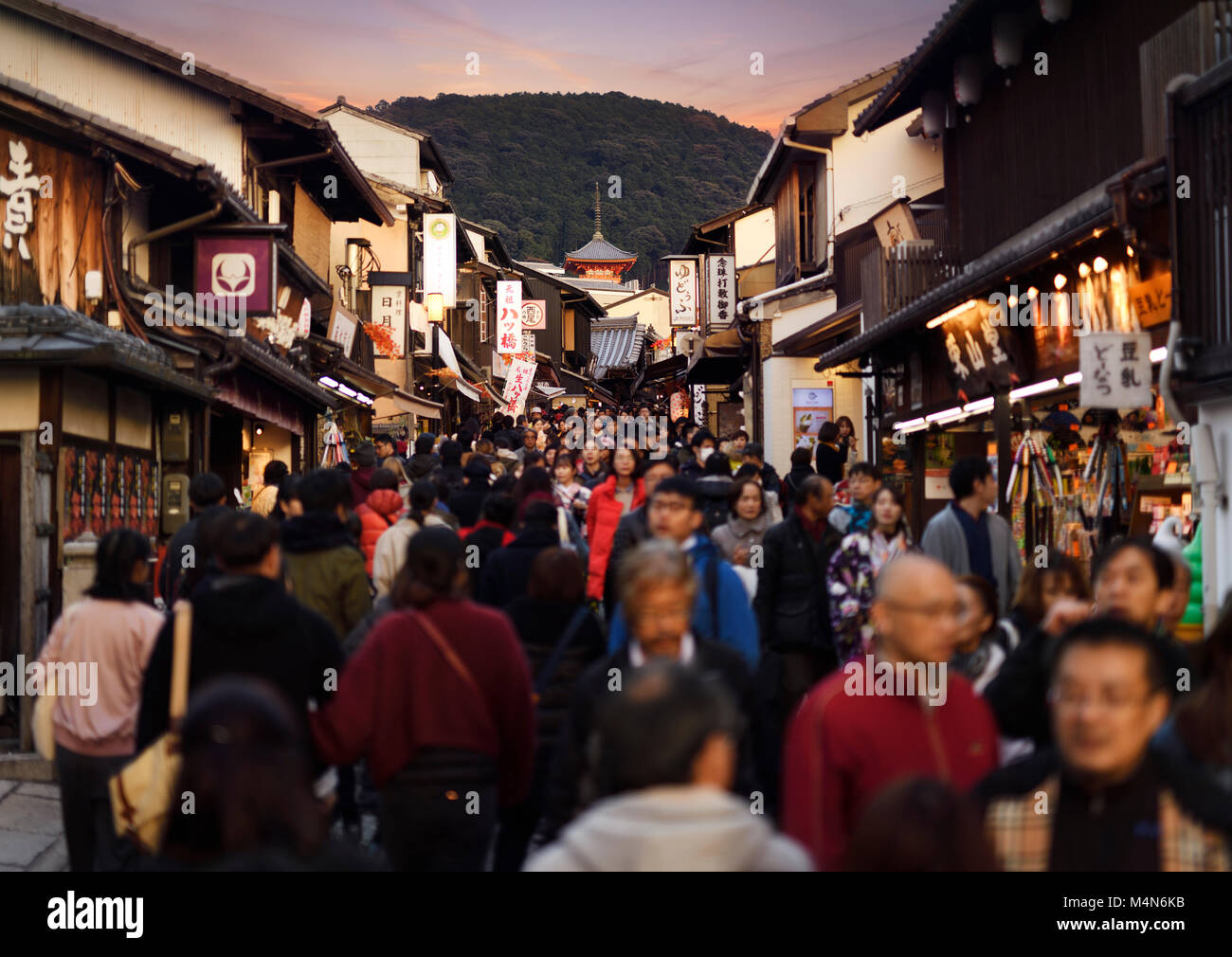Matsubara dori street al tramonto in autunno affollata di turisti nei pressi di Kiyomizu-dera tempio. Higashiyama, Immagini Stock