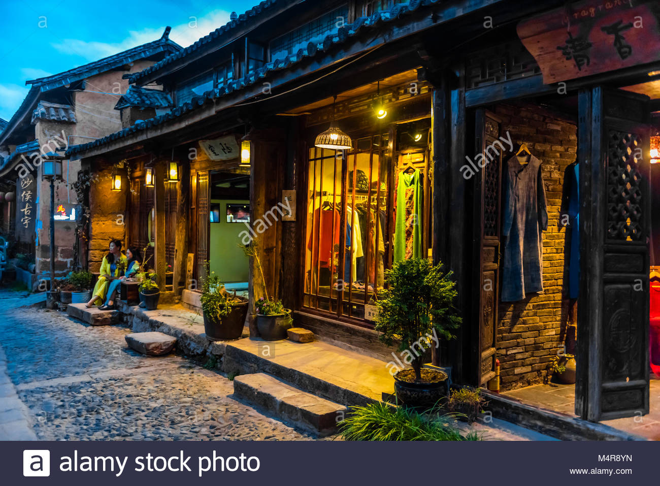 Negozi allinterno di case ristrutturate, la città mercato di Shaxi ...