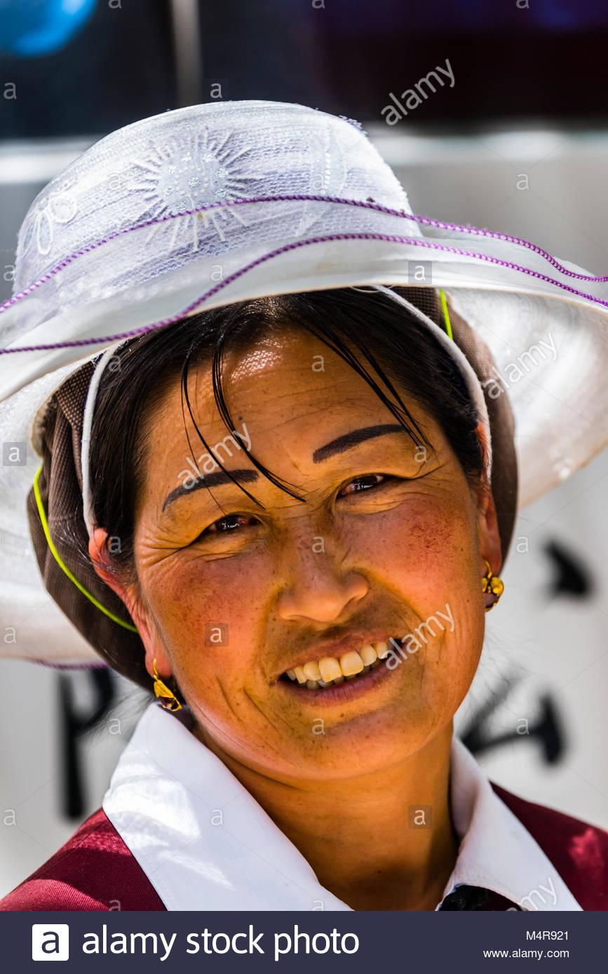 Una minoranza etnica donna, Drago Nero parco piscina, Lijiang, nella provincia dello Yunnan in Cina. Immagini Stock