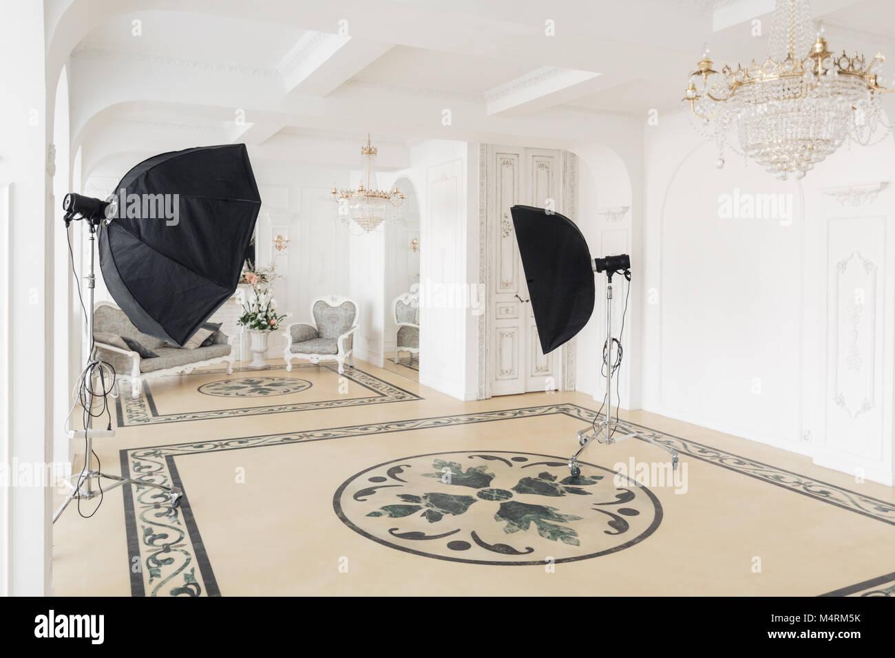 Studio fotografico con moderne apparecchiature di illuminazione
