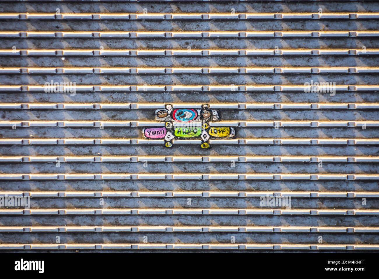 Dipinto di gomme da masticare arte bubble gum arte su Millennium Bridge da artista Ben Wilson, London, Regno Unito Foto Stock