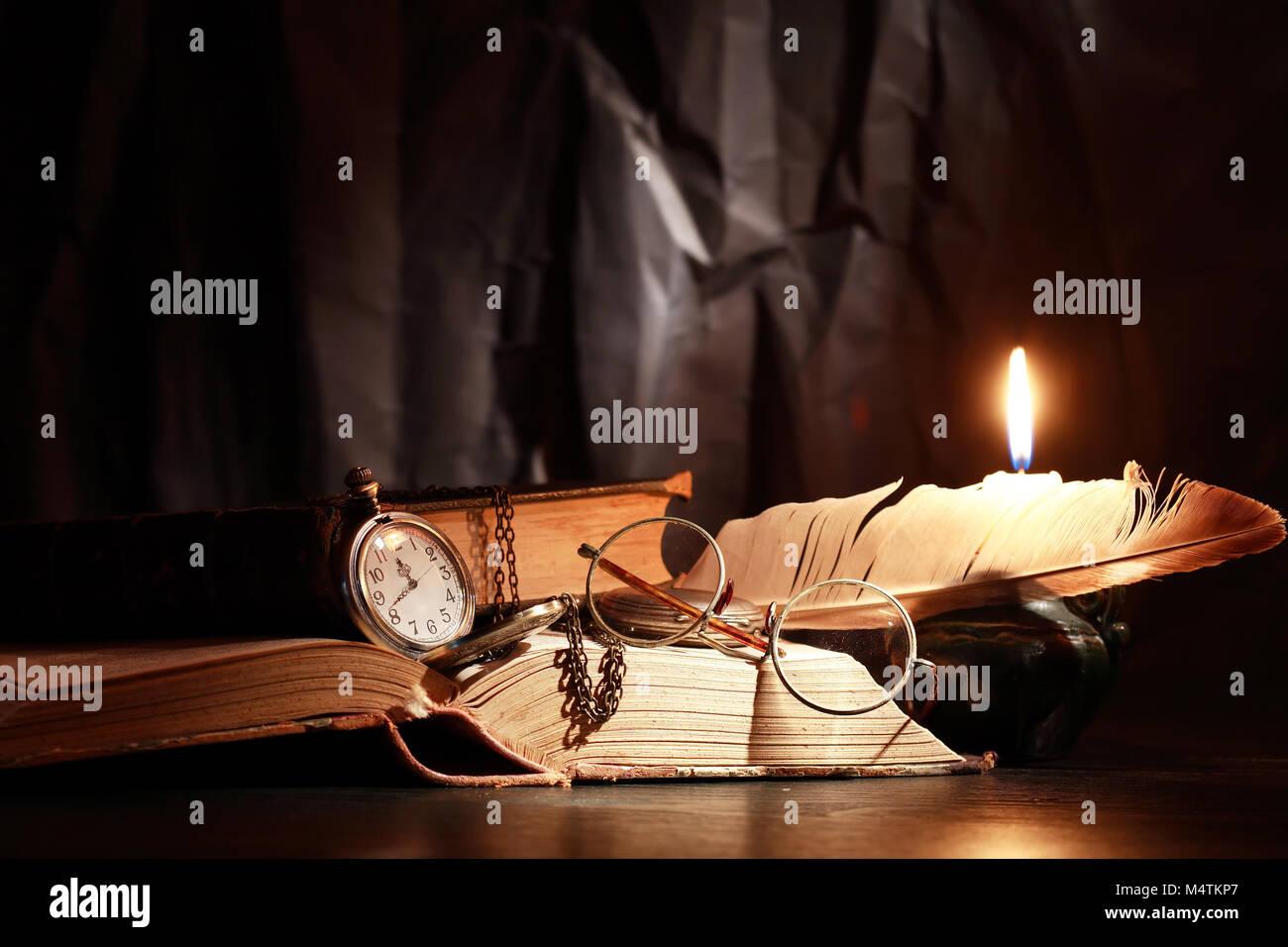 Vintage vita ancora con illuminazione candele vicino a libri e