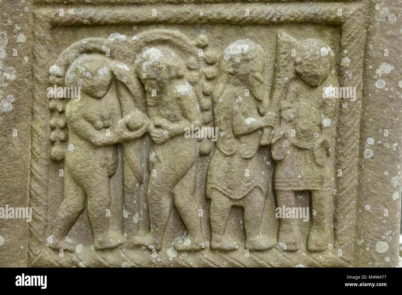 Dettaglio della pietra che intaglia su 9th-secolo Monasterboice alta Croce, nella contea di Louth, Irlanda. Immagini Stock