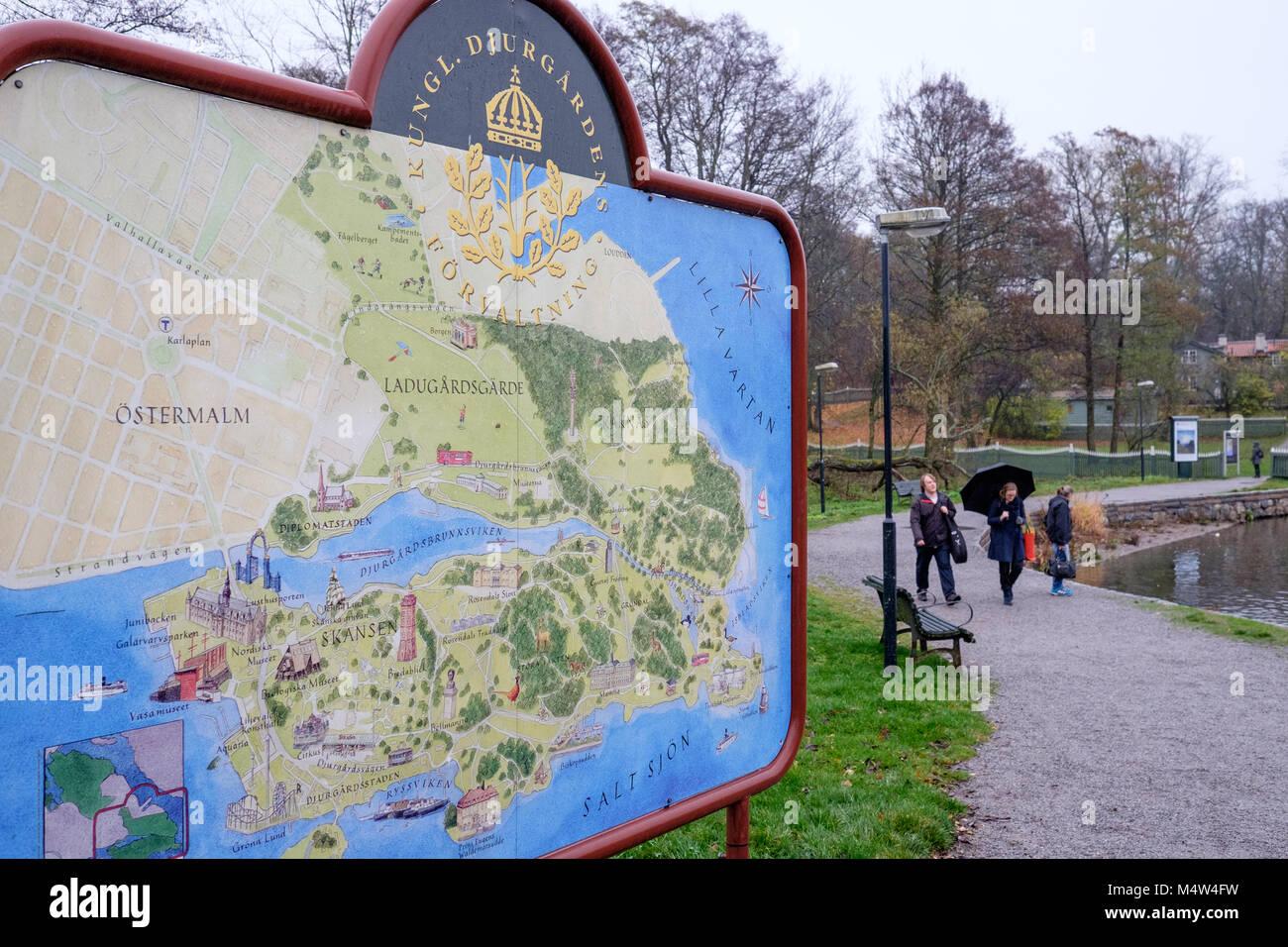 Le persone godono di una passeggiata durante la caduta a Djurgarden a Stoccolma. Djurgarden è una famosa area Immagini Stock