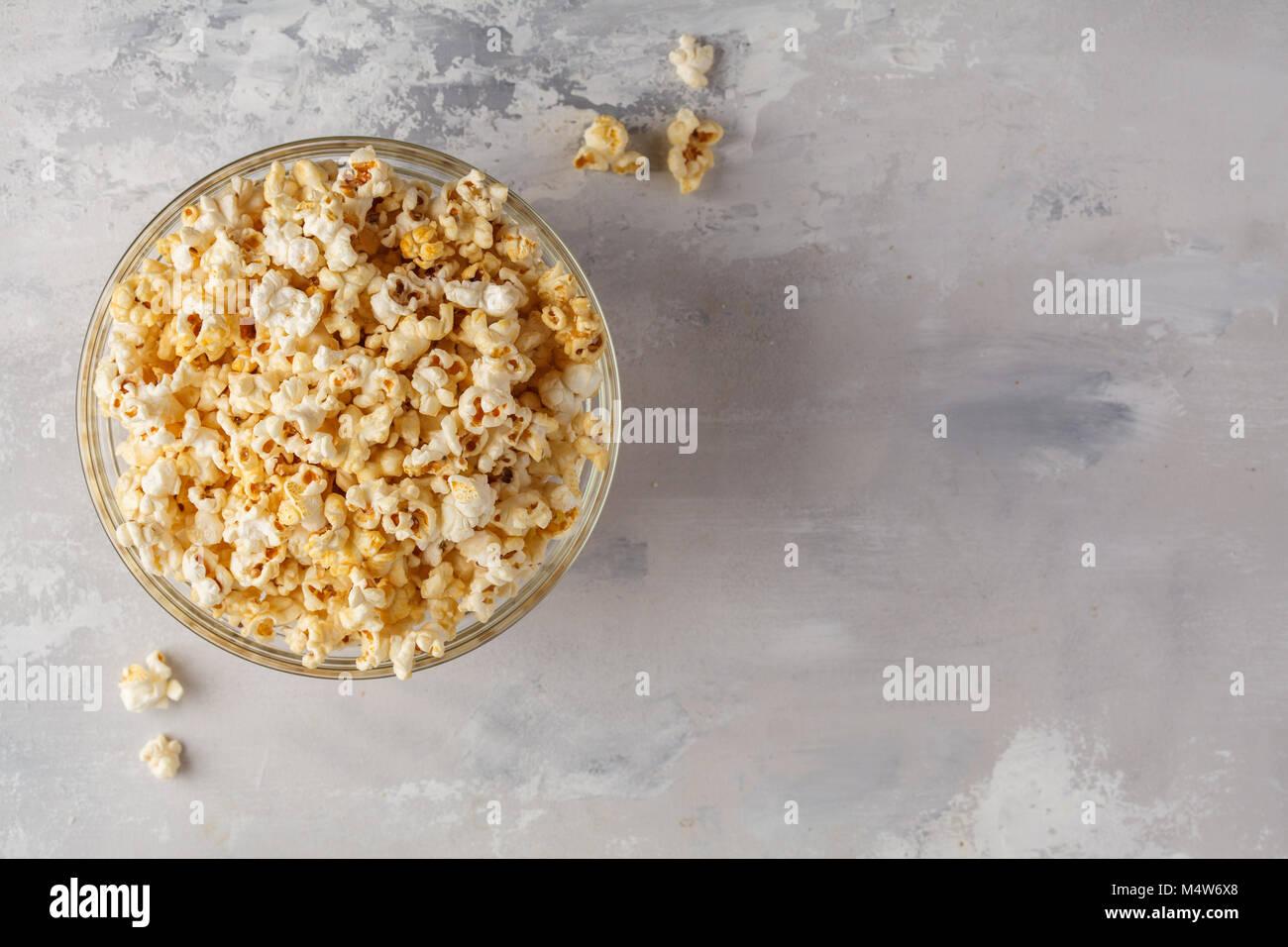 Golden caramello popcorn nella ciotola di vetro, vista dall'alto, copia dello spazio. Immagini Stock