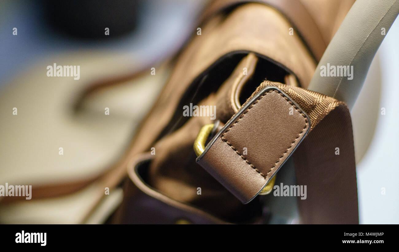 miglior valore cerca le ultime diversificato nella confezione Marrone borsa in pelle e una cintura di cuoio su uno sfondo ...