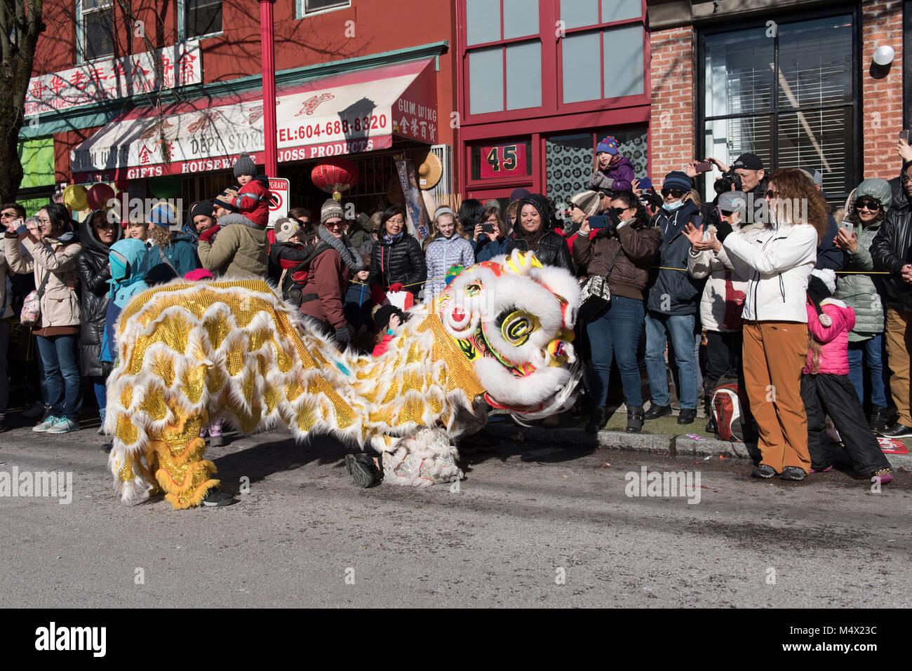 Vancouver, Canada. Il 18 febbraio 2018. La danza del leone con sfilata di spettatori. Nuovo anno lunare cinese Parade Immagini Stock