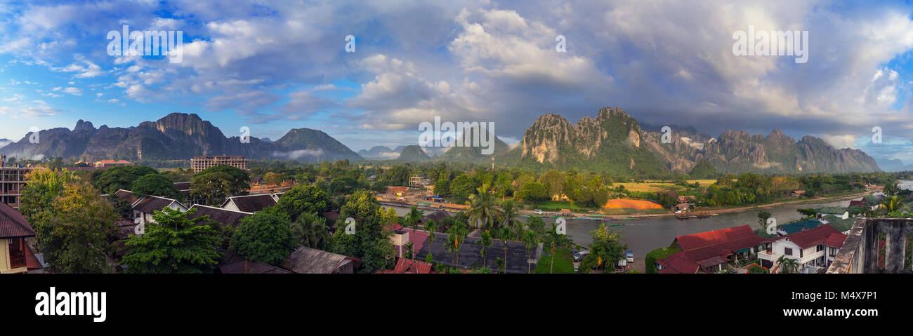 Panorama panorama al mattino in Vang Vieng, Laos. Immagini Stock