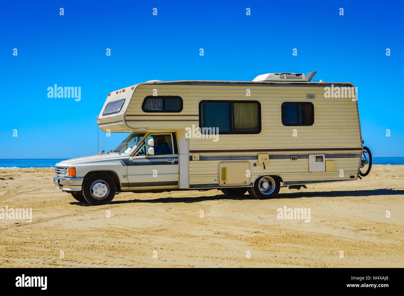 Camper van veicolo per attività ricreative in riva alla spiaggia all'Oceano dune in San Luis Obispo, CA. Foto Stock