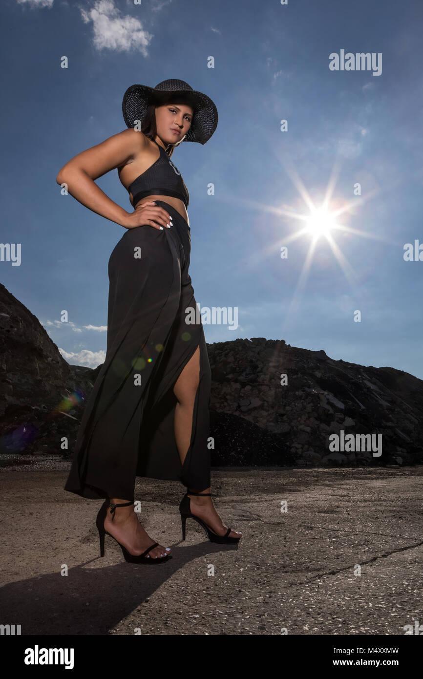 9ad1991618a2 Giovane donna con cappello nero e abito da sera Immagini Stock
