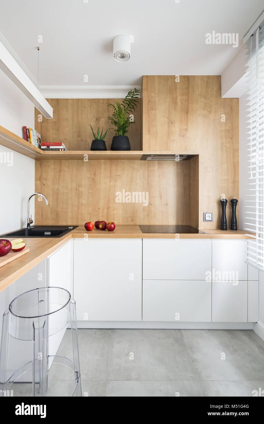 Bianco, cucina moderna con mobili in legno e con grande ...