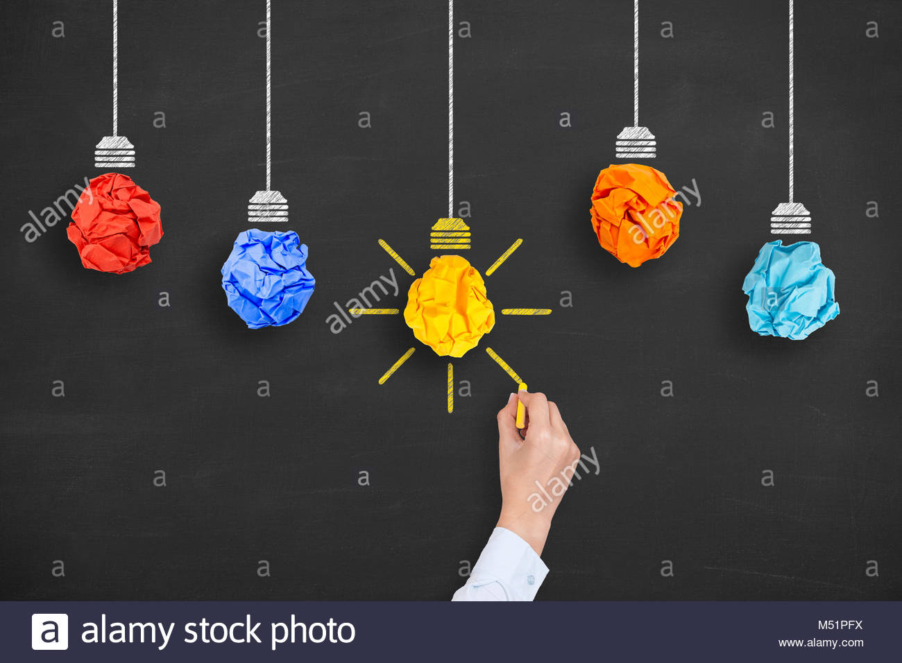 Idea concetto lampadina luce di carta sgualcita sulla lavagna Immagini Stock
