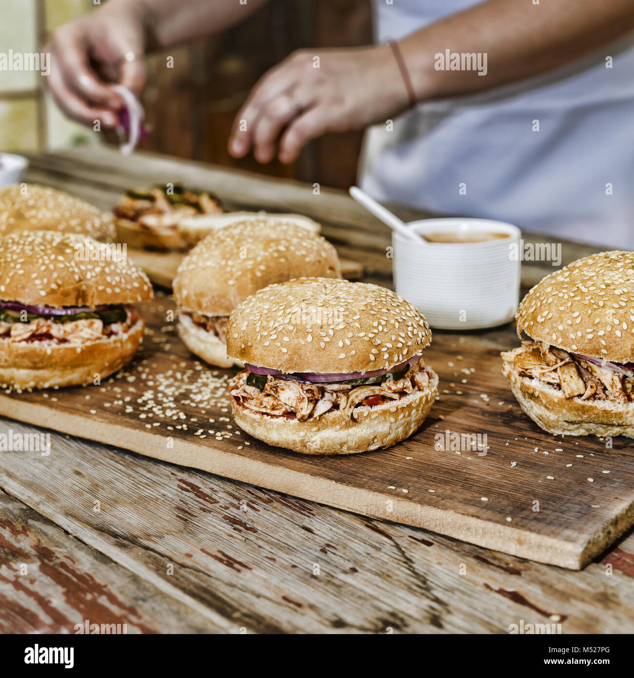 Cucina casalinga. Una donna è la cottura di hamburger Immagini Stock