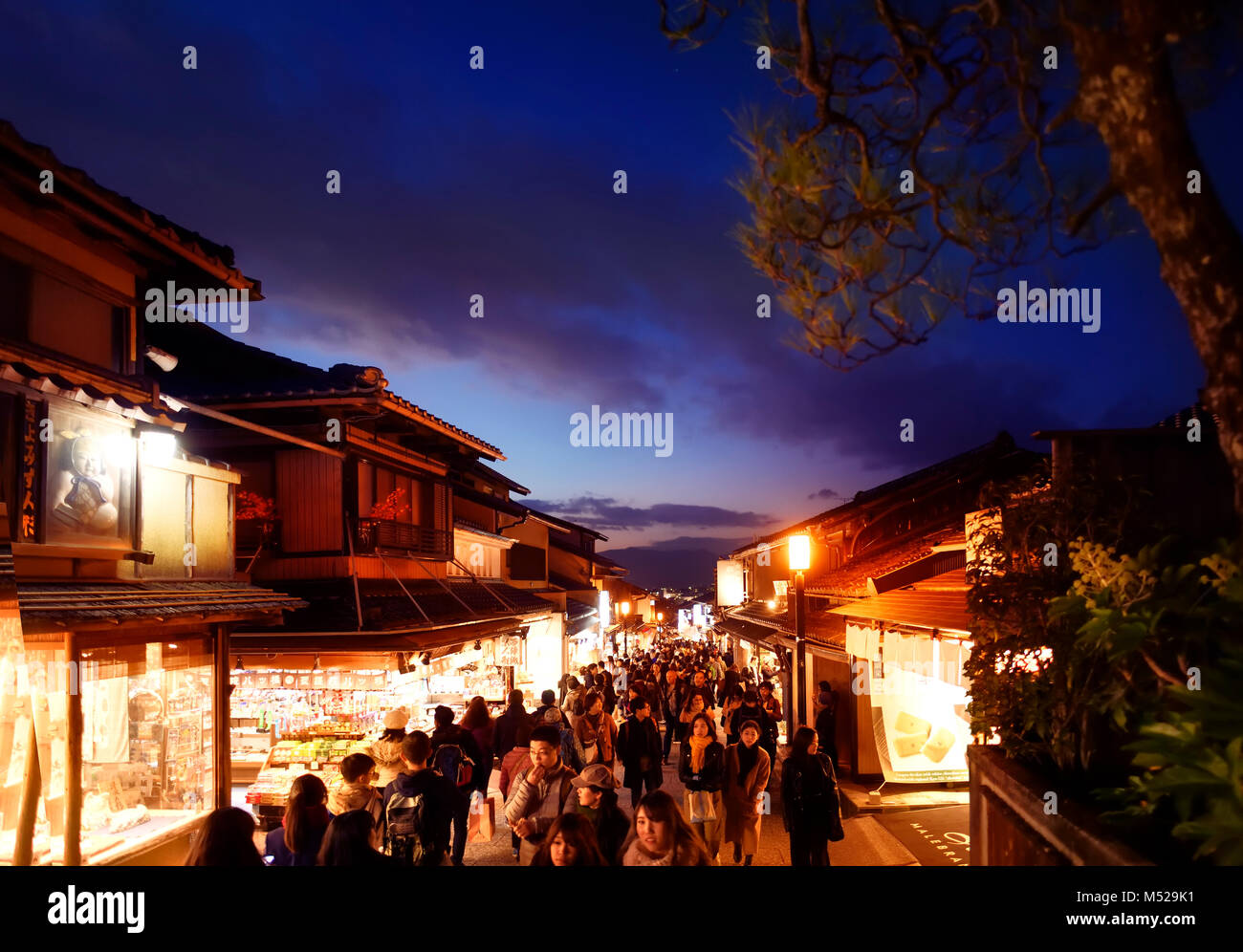 Matsubara dori street a Kyoto di notte piena di gente e luci luminose nei pressi di Kiyomizu-dera tempio. Higashiyama, Immagini Stock