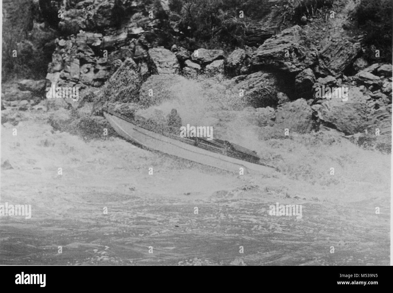 Copia negativo di ESMERALDA entrobordo barca motorizzata che ha attraversato il fiume Colorado TRAMITE IL GRAND Immagini Stock