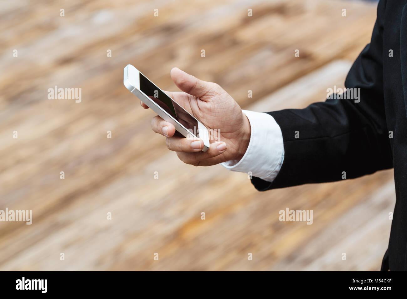 Close-up Smart Business uomo che indossa Moderna tuta nera e una ...