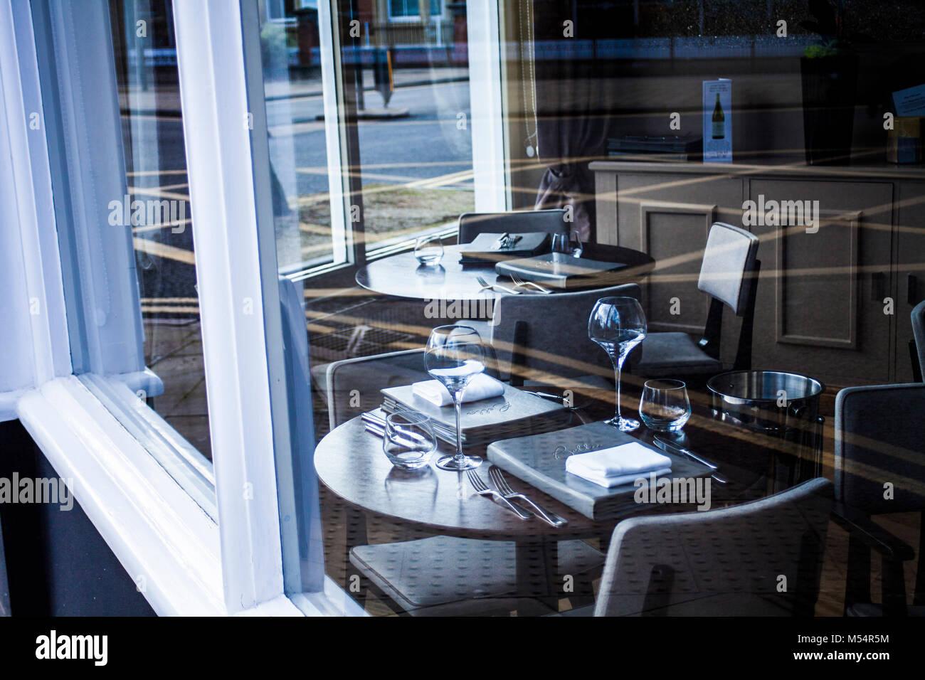 Messa in tavola al ristorante moderno, tabella impostata per pasto, elegante, pronti a servire. Immagini Stock