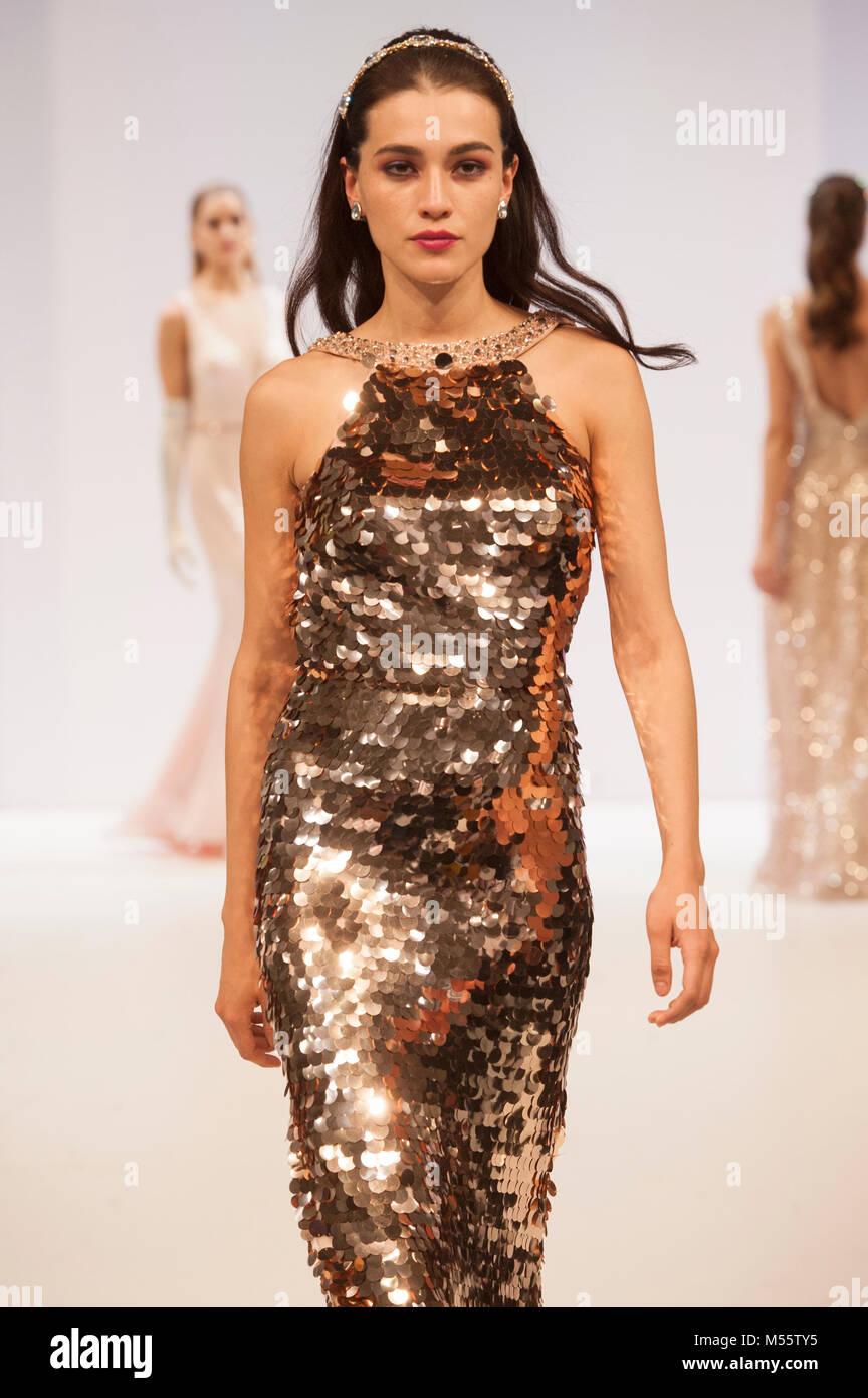 1db3156c5033 Passerella per sfilate di moda modello oro da indossare abito da sera  durante la donna fashion alla moda. Il commercio fashion show ran 18th-20th  Febbraio ...