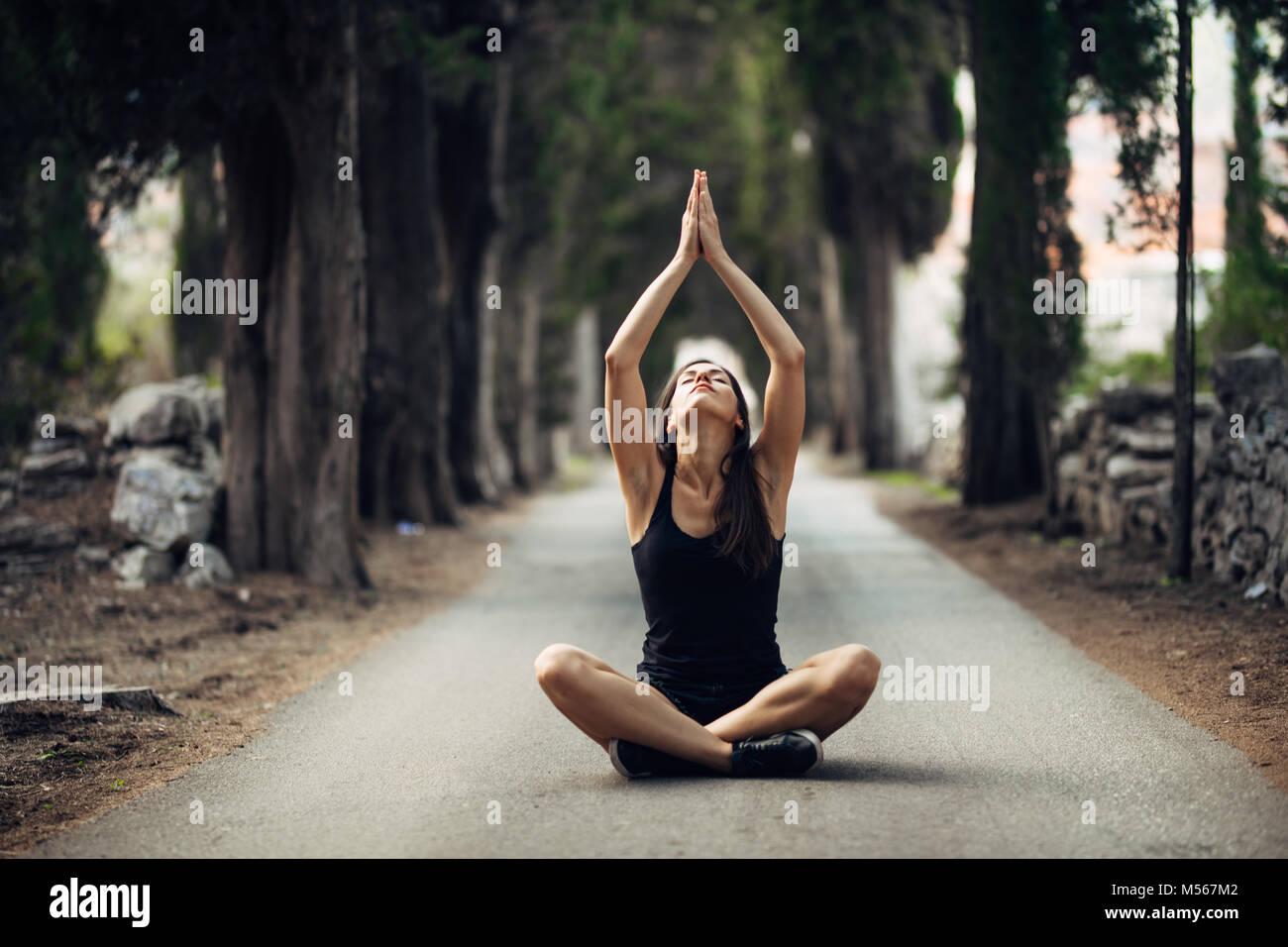 Carefree calma donna meditando in natura.trovare la pace interiore.la pratica dello Yoga.La guarigione spirituale Immagini Stock