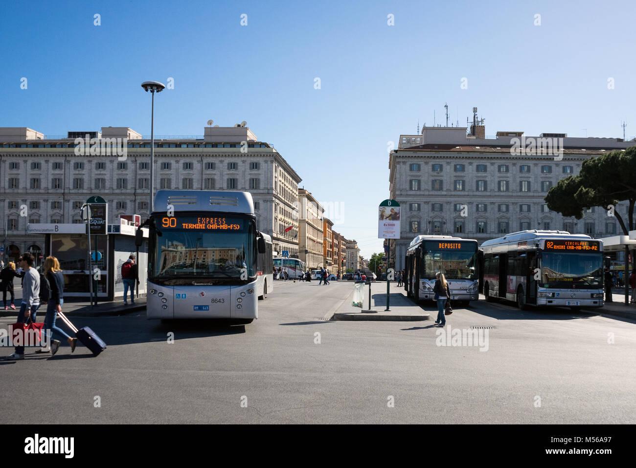 Roma, Italia: autobus parcheggiato e uscire alla stazione Termini di Roma. Immagini Stock