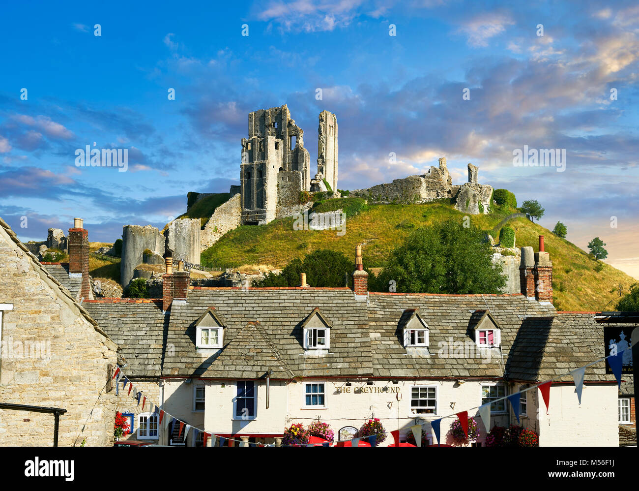 Medieval Corfe Castle mantenere & merlature a sunrise, costruito nel 1086 da Guglielmo il Conquistatore, Dorset Immagini Stock