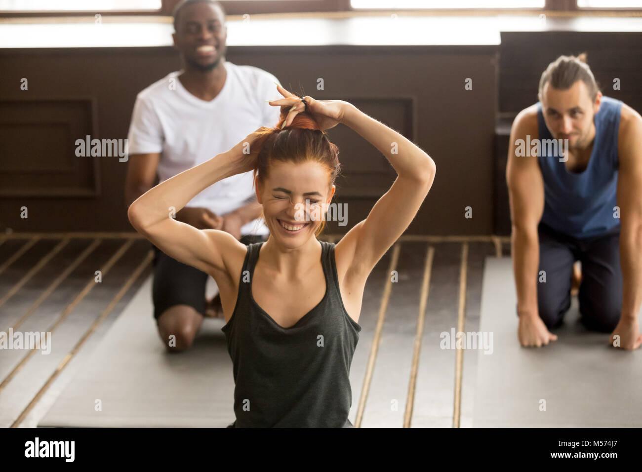 Funny giovane donna rideva di multi-etnico gruppo yoga fitness cl Immagini Stock