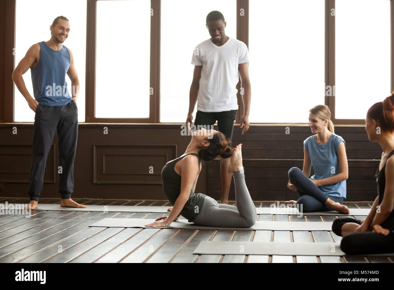 Istruttore Yoga esecuzione di raja bhudjangasana esercizio avanzata Immagini Stock