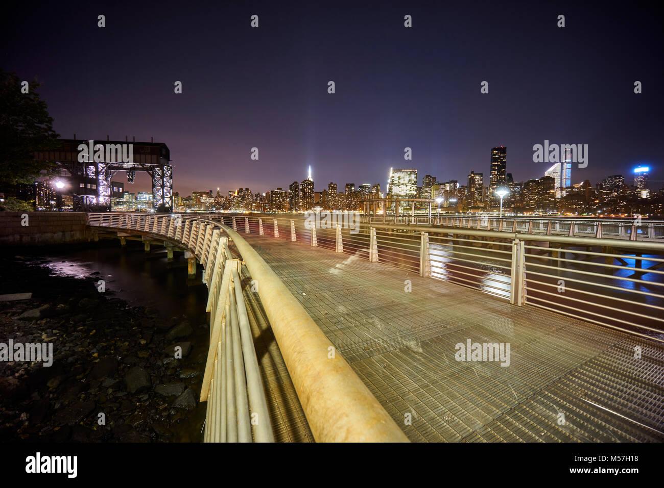 Gantry Plaza e la vista di Manhattan di notte Immagini Stock