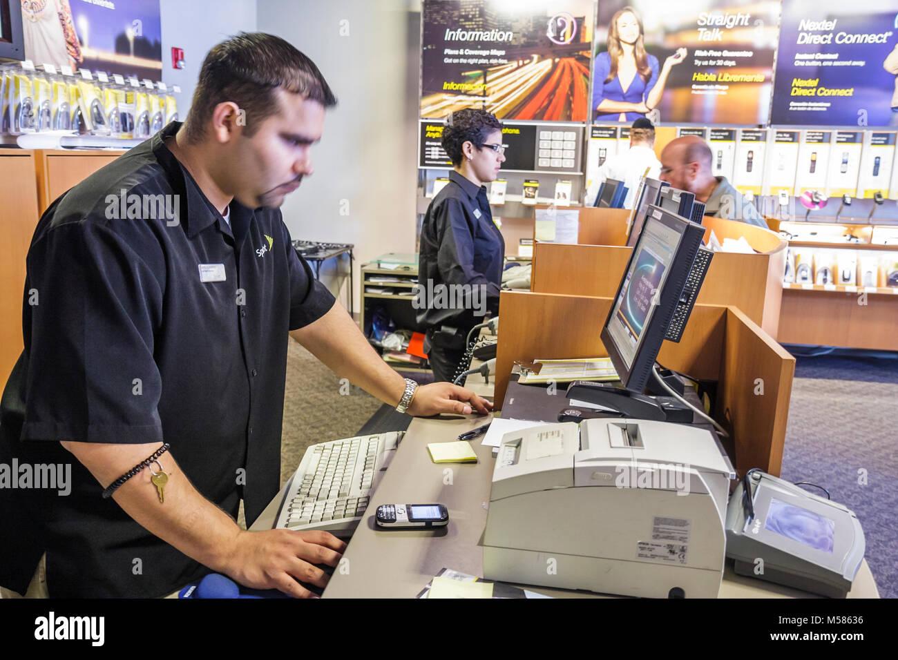Sprint Nextel Store cellulare computer impiegato uomo ispanico occupazione marca cliente marketing bancone di vendita Immagini Stock