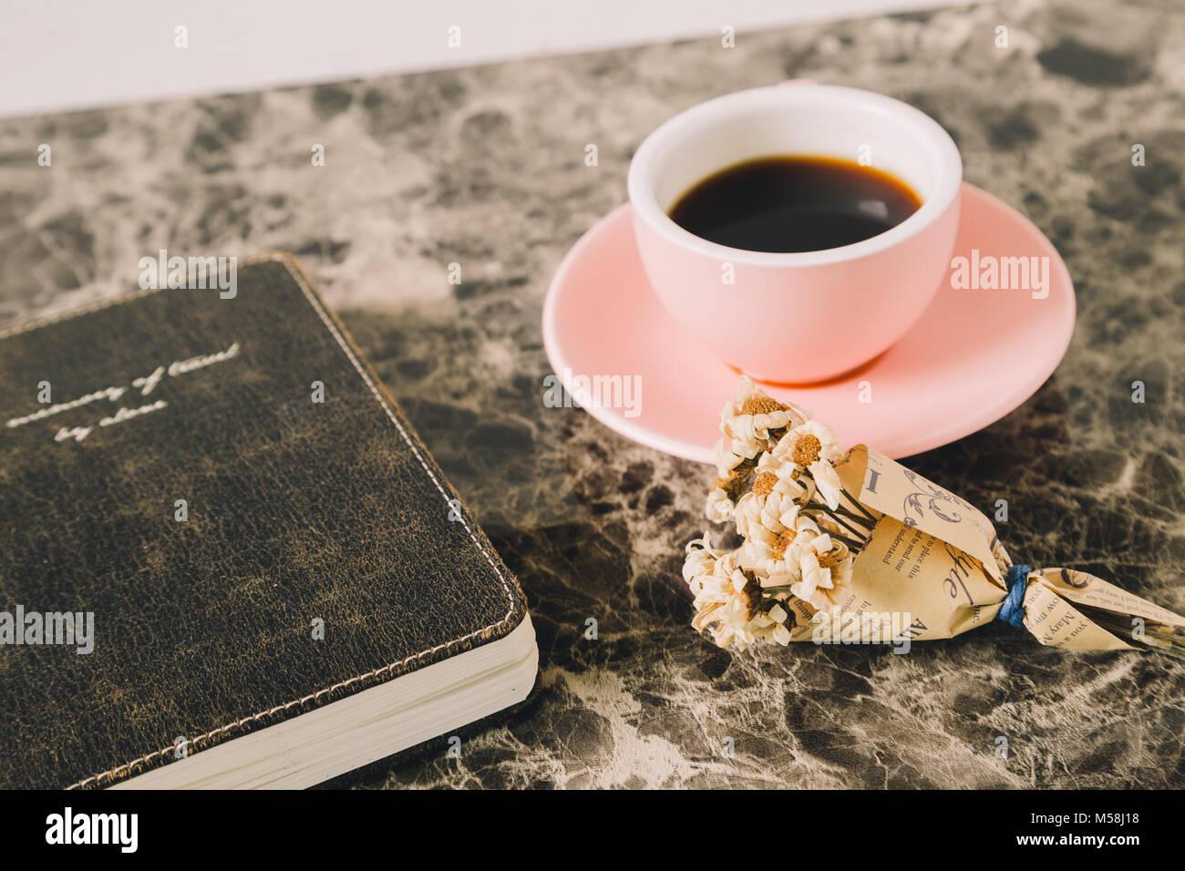 Caffè e fiori secchi e vintage nota sul tavolo Immagini Stock