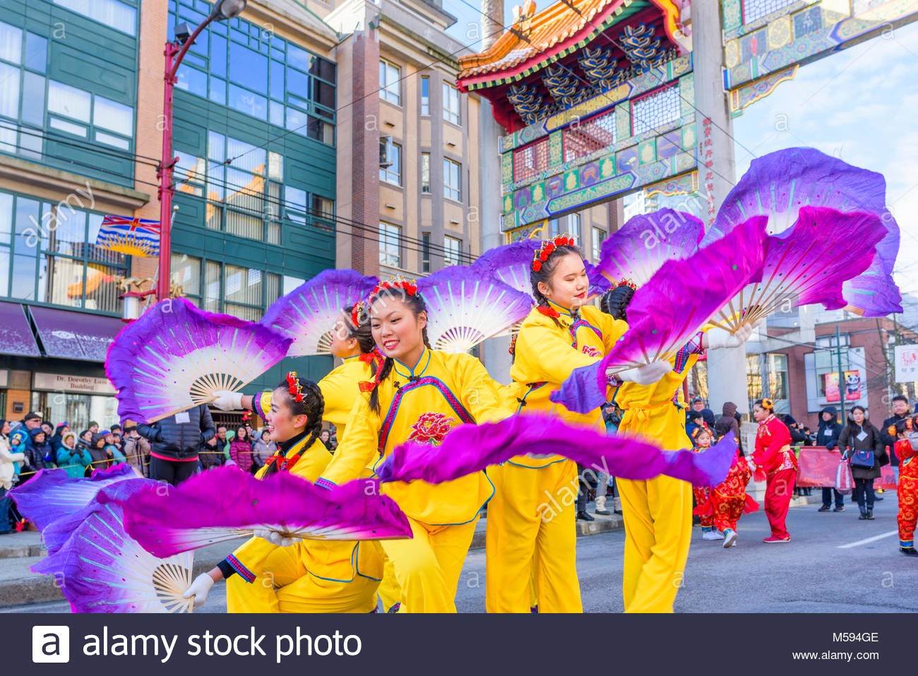 Ballerini della ventola al nuovo anno lunare cinese Parade, Chinatown, Vancouver, British Columbia, Canada. Immagini Stock