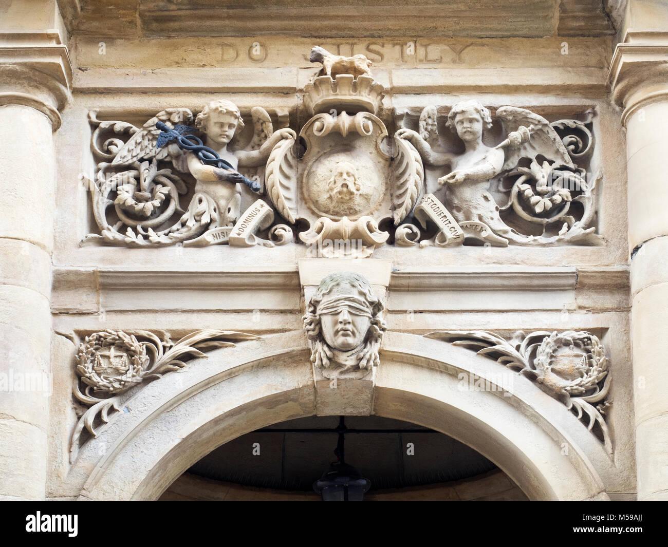 Muratura dettaglio mostrante gli occhi bendati uomo sopra la porta di ingresso al Municipio di Halifax West Yorkshire Immagini Stock