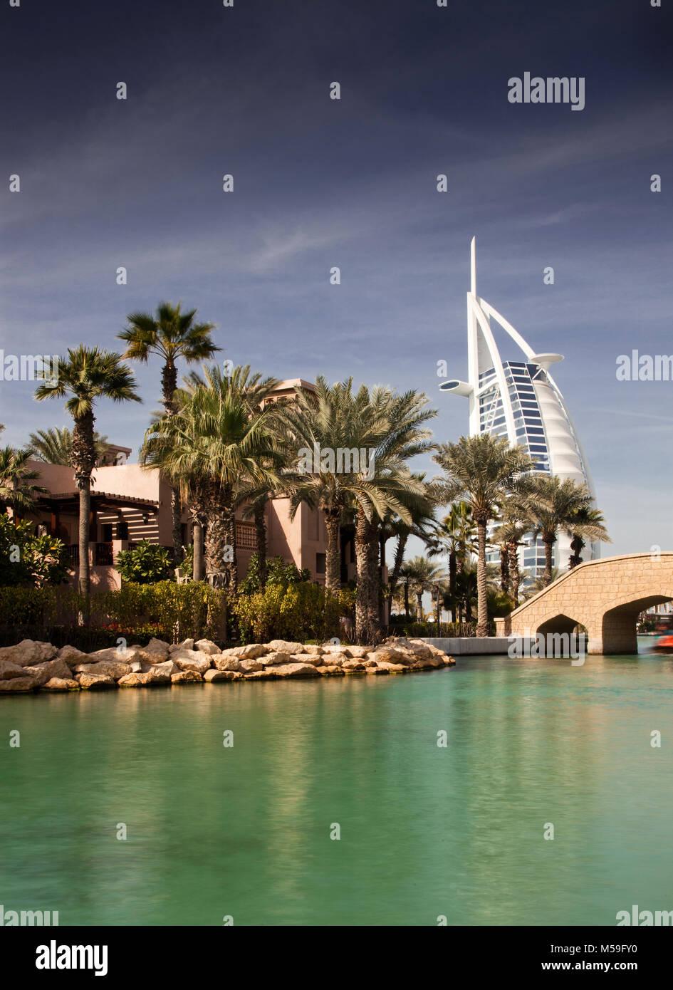 DUBAI, Emirati Arabi Uniti - febbraio, 2018: vista sul Burj Al Arab, il mondo solo sette stelle fotel visto da Madinat Immagini Stock