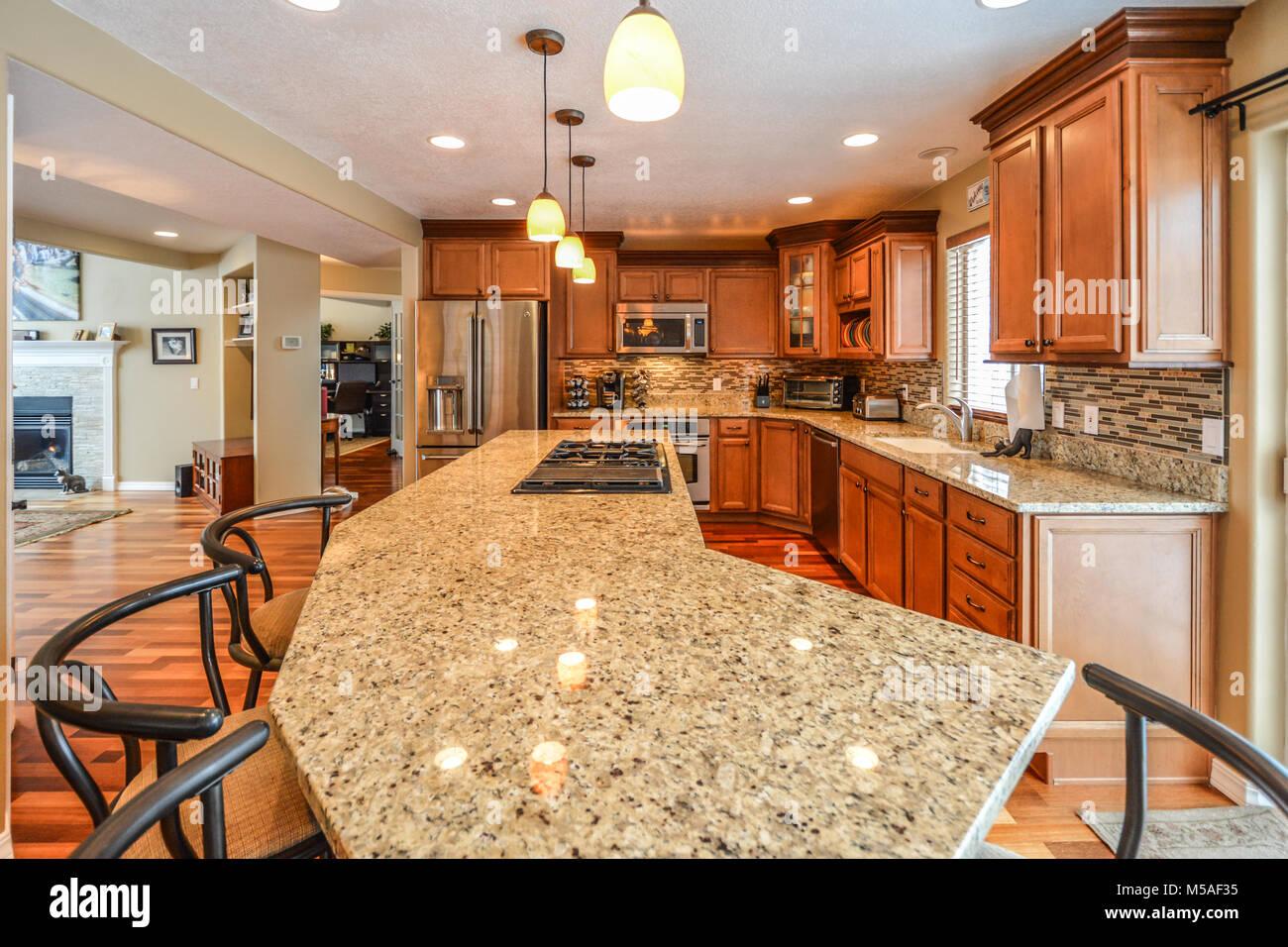 Spaziosa cucina di lusso in una casa di lusso con grandi lastre di