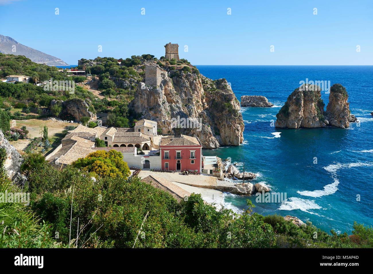 La Tonnara di Scopello (Tonnara di Scopello) Tonno di vecchi edifici di elaborazione su Castellammare del Golfo, Immagini Stock