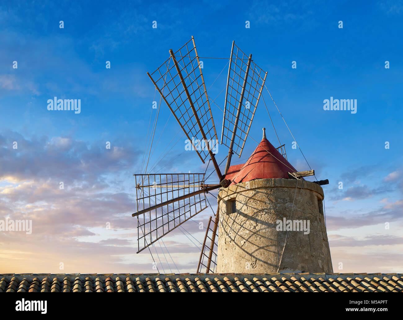 Foto e immagini di Nubia sale museo di opere e la Nubia mulino a vento, mondo Riserva Naturale delle Saline di Trapani Immagini Stock