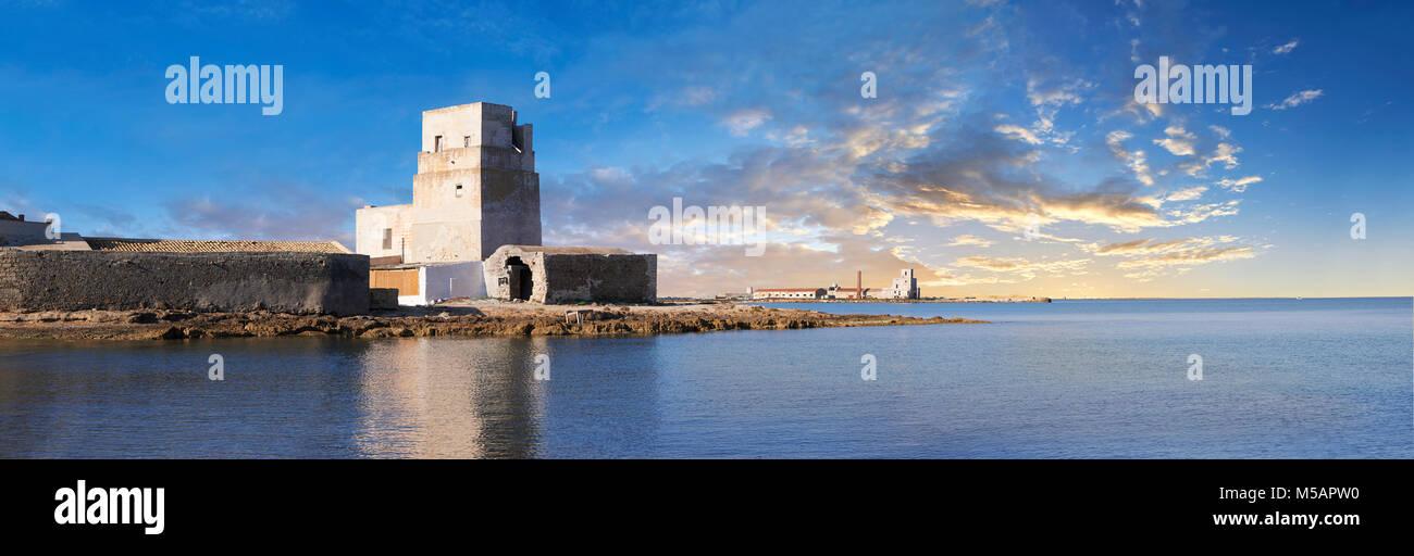 Torre San Teodoro (San Teodoro Torre) fortificazione di difesa, soluzione salina della Laguna , IIsole dello Stagnone Immagini Stock